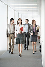 Geschäftsleute, die im Flur eines Büros spazieren gehen