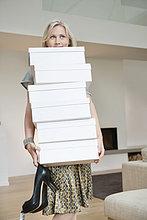 Frau trägt Schuhkartons