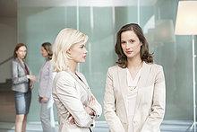 Zwei Geschäftsfrauen stehen zusammen