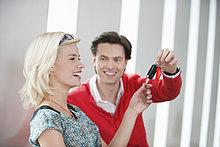 Mann gibt einer Frau einen Autoschlüssel