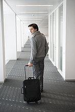Geschäftsmann mit seinem Gepäck