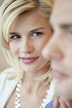 Frau sieht einen Mann an und lächelt.