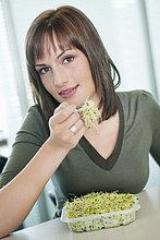 Geschäftsfrau isst Bohnensprossen