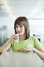 Porträt einer Geschäftsfrau, die probiotisches Getränk trinkt