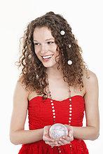 Frau hält eine Kristallkugel und lächelt
