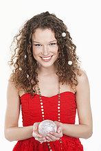 Porträt einer Frau mit einer Kristallkugel