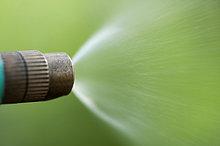 Wasserstrahl einer Gärtnerspritze