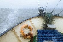 Ausblick aus dem Fenster auf den Bug des Pellwormer Krabbenkutters Columbus, Fahrt durch nordfriesische Küstengewässer