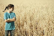 stehend ,Getreide ,Portrait ,Feld ,Mädchen ,Deutschland