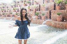 Junge Frau beim Planschen im Park Wasserfontäne, Barcelona, Spanien