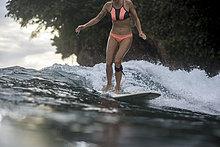 Indonesien, Java, Frau beim Surfen